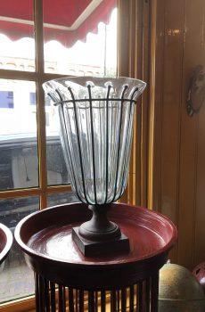 Handgemaakte vazen van glas met ijzer