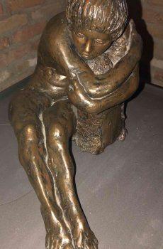 Bronzen beeld van Bella Justing 1